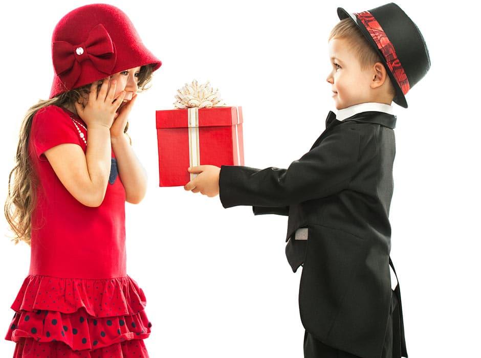 Geschenkideen, 2 Menschen freuen sich über einen Karton