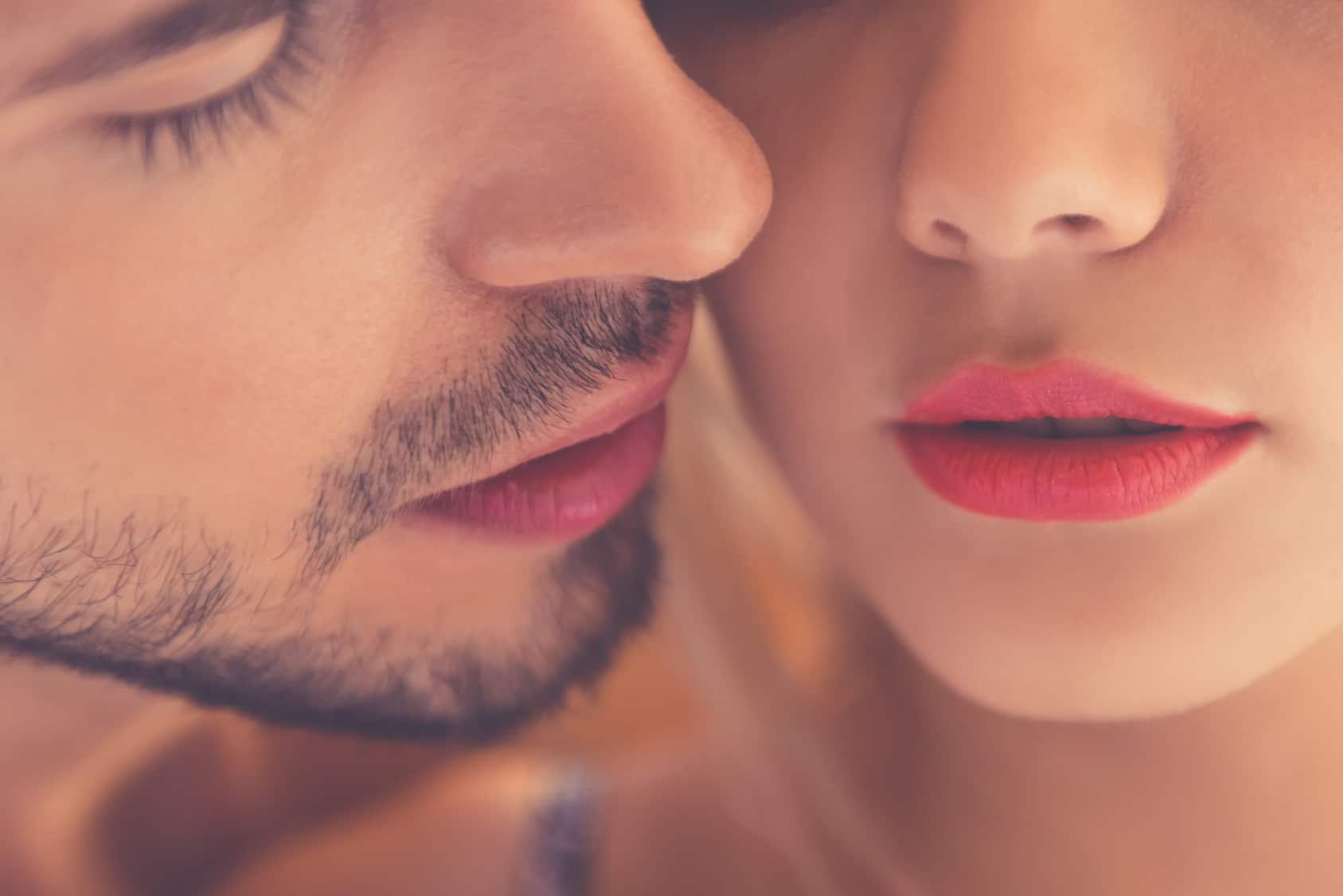 2 Gesichter Mann und Frau, sind sehr Nah auf dem Bild zu sehen. Der Mann macht andeutung sie zu küssen. Beide strahlen eine gute Balance aus, denn mit dem Programm der unibee Institute, konnten beide ihr Selbstbewusstsein in der Sexualität deutlich steigern.