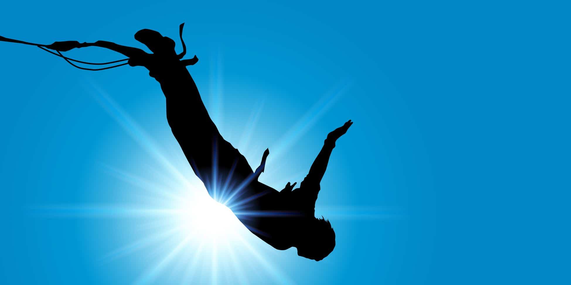 Eine Person macht Bungee Jumping von einer Brücke. Die Person ist als schwarzer umriss zu erkennen, weil im Hintergrund die Sonne scheint. Er zeigt mit dem Sprung einer hohen Brücke, dass er mit dem Programm der unibee Institute das Selbstbewusstsein sehr stark steigern konnte.
